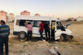 Tarım işçilerini taşıyan minibüs ile otomobil çarpıştı: 11 yaralı