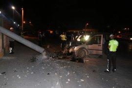 Elektrik direğine çarpan araçtaki 2 kişi ağır yaralandı