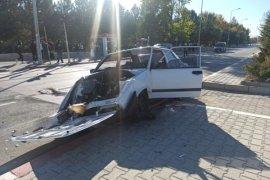 Karaman'da Otomobil Refüje Çıktı! Sürücü Yaralı