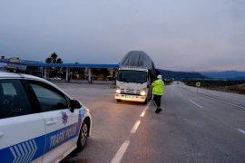 Sertavul Geçidi'nde yoğun kar nedeniyle ulaşım kontrollü sağlanıyor