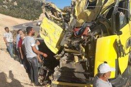 Freni patlayan kamyon kayalıklara çarptı