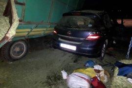Otomobil traktörün römorklarına çarptı: 1 ölü, 3 yaralı