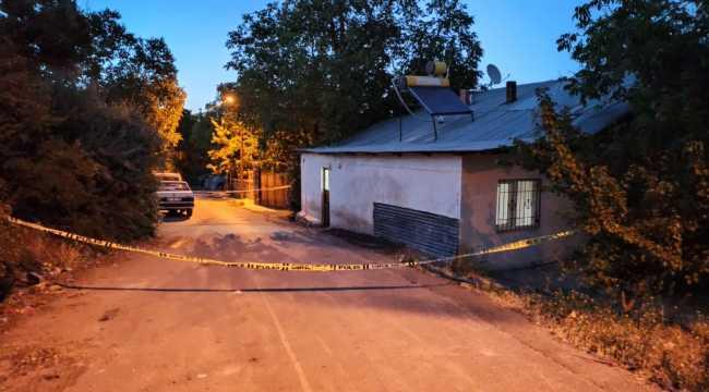 Psikolojik sorunlu kişi komşularını satırla yaraladı