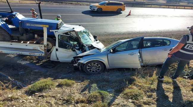 Sivas'ta otomobille kamyonet çarpıştı: 4 yaralı