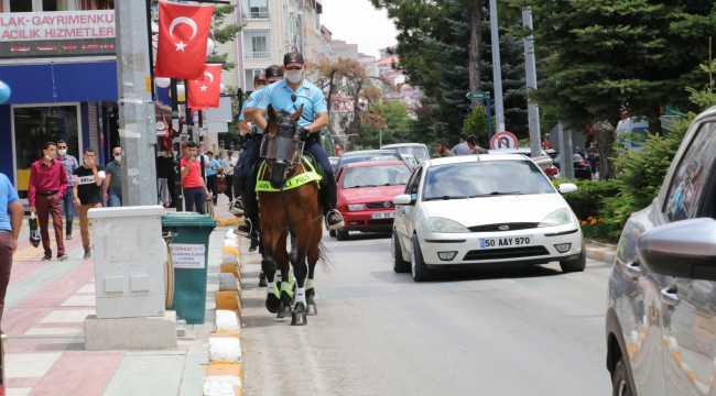 Atlı polis ekiplerinden Yozgat'ta Kovid-19 uyarısı
