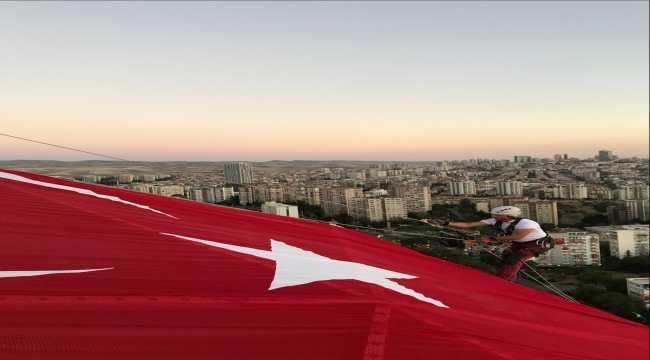 Başkentin sembolü Atakule'de dev Türk bayrağı dalgalandırıldı