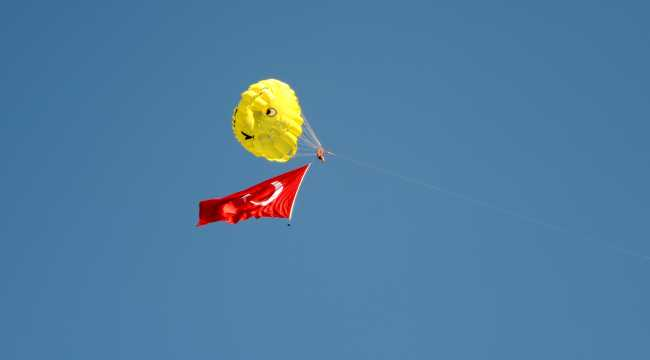 Deniz paraşütünde dev Türk bayrağı açtılar