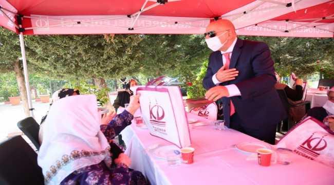 Keçiören Belediye Başkanı Altınok yaşlılarla bayramlaştı
