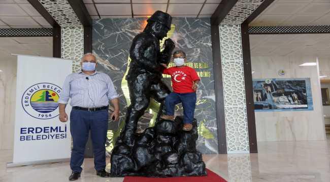 Mersin'de 1 metre 15 santimetrelik heykeltıraştan 2 metre 82 santimetrelik Atatürk heykeli