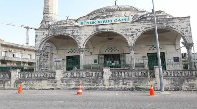 Adana'daki depremde minaresi hasar gören cami geçici olarak ibadete kapatıldı