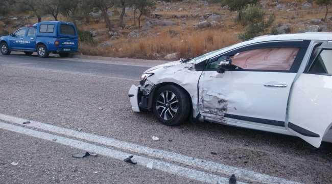 Antalya'da otomobil ile minibüs çarpıştı: 1 yaralı