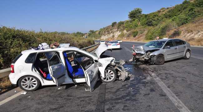 Antalya'da otomobiller çarpıştı 4 kişi yaralandı