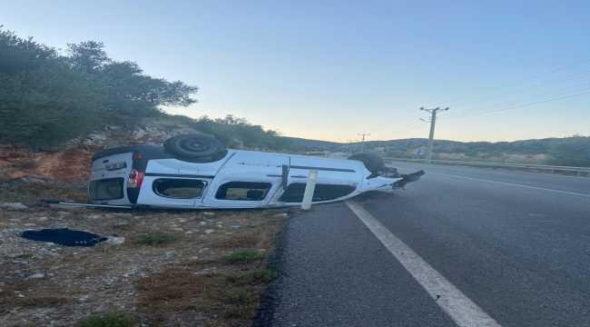 Antalya'da şarampole devrilen otomobildeki baba ile oğlu yaralandı