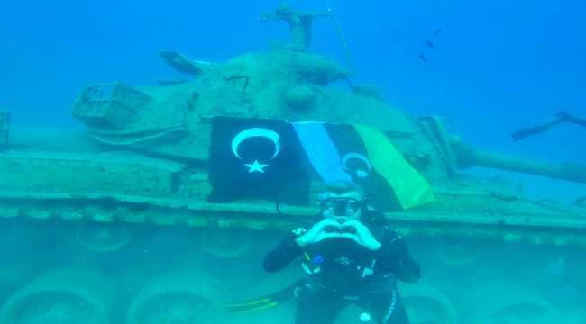 Azerbaycan'a destek için 15 metre derinliğe dalarak iki ülkenin bayrağını astılar