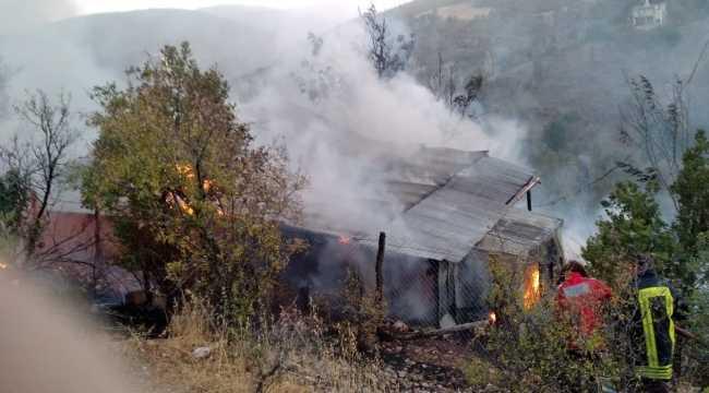 Bozkır'da bahçede yakılan otlar bir evi yaktı