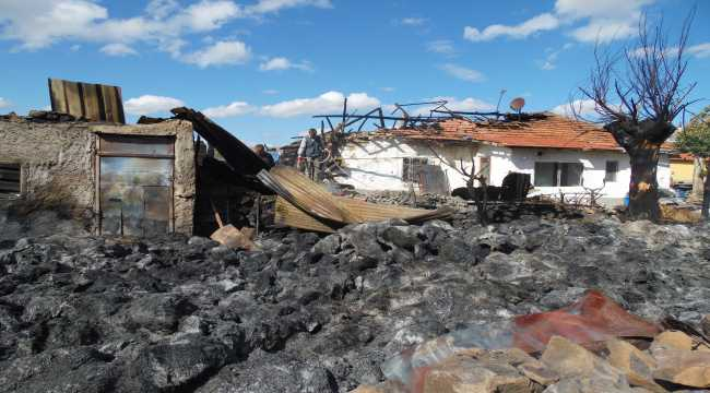 Çankırı'daki bir köyde yaklaşık 2 bin saman balyası yakıldı