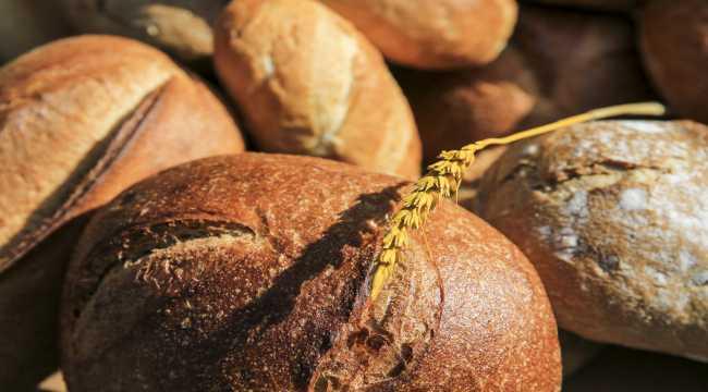 İsrafa dikkati çekmek için tarihi ekmeklerin minyatürlerini yaptılar