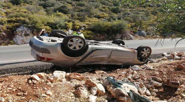 Kaş'ta takla atan otomobildeki 2 kişi yaralandı