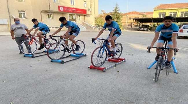 Kaza nedeniyle kariyeri sona eren milli bisikletçi yeni sporcular yetiştiriyor