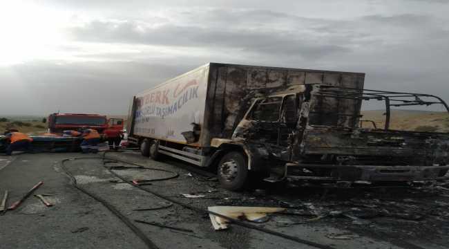 Kırıkkale'de eşya yüklü kamyon yandı