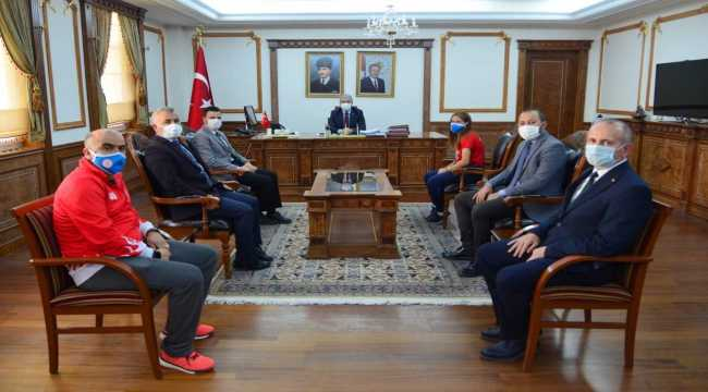 Kırşehir Valisi Akın, başarılı sporcuyu ödüllendirdi