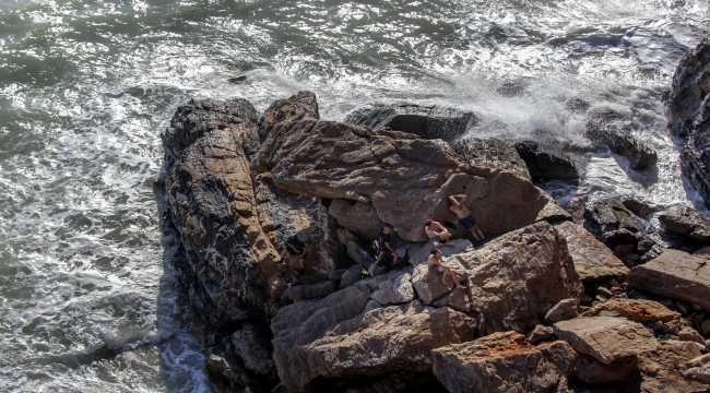 Mersin'de deniz kenarındaki kayalıklarda mahsur kalan 4 kişi kurtarıldı