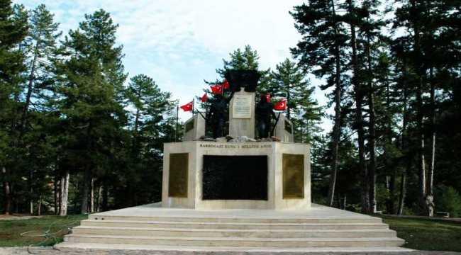 Mersin'de rüzgardan yıpranan anıttaki Türk bayrakları yenilendi