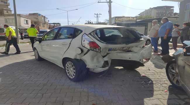 Osmaniye'de seyir halindeki otomobil park halindeki otomobillere çarptı