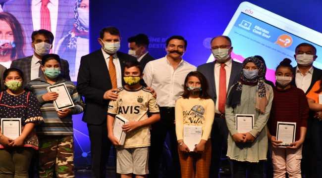 Sivas'ta 5 bin öğrenciye internet paketi yüklü tablet desteği
