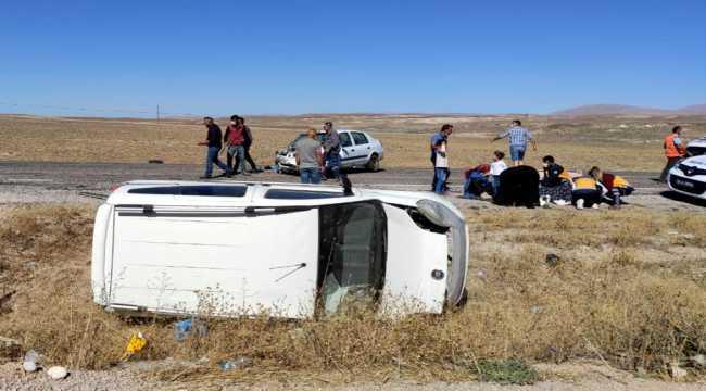 Sivas'ta hafif ticari araç otomobille çarpıştı: 5 yaralı