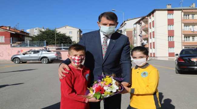 Sivas Valisi Ayhan'dan yüz yüze eğitime başlayan öğrencilere ziyaret