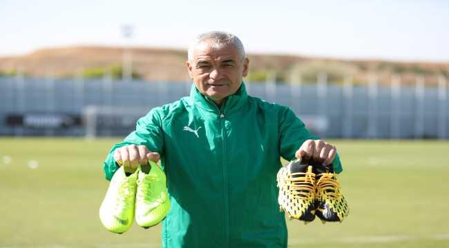 Sivasspor'da Çalımbay ve futbolcular, DMD hastalığına dikkati çekmek için kramponlarla poz verdi