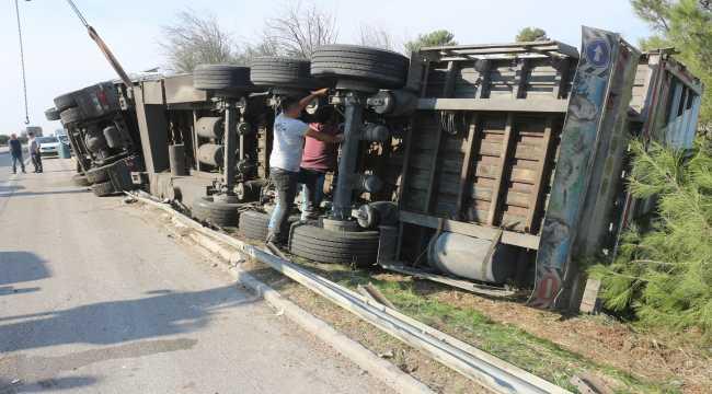 Adana'da pamuk yüklü tır devrildi: 2 yaralı