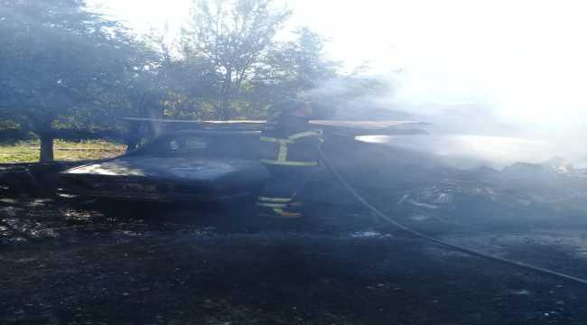 Park halindeki traktör ve otomobil yandı
