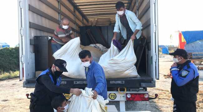 Adana polisi çadırda yaşayan tarım işçilerine yatak yardımında bulundu