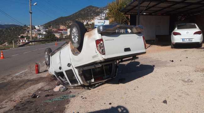 Antalya'da otomobil ile pikap çarpıştı: 3 yaralı