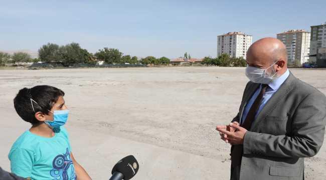 Başkan Çolakbayrakdar gençlerin halı saha ve park talebini geri çevirmedi