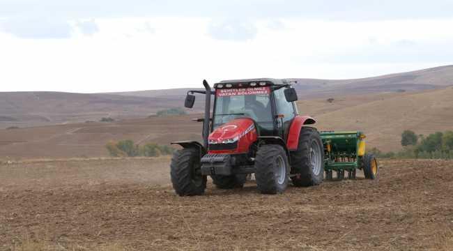 Çiftçi umut tohumlarını toprakla buluşturuyor