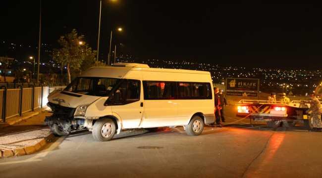 Minibüsü ile otomobil çarpıştı 6'sı asker 8 kişi yaralandı