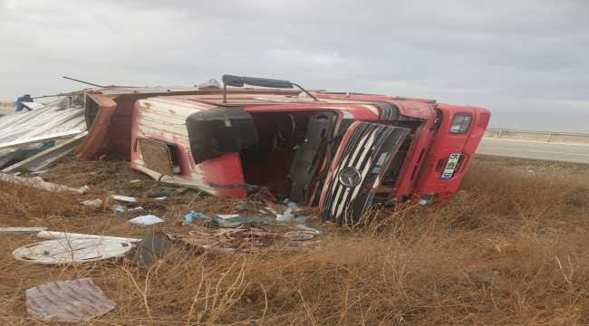 Konya'da kamyon şarampole devrildi: 2 yaralı