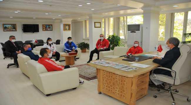 Şampiyon haltercilerden Akşehir Belediye Başkanı Akkaya'ya ziyaret