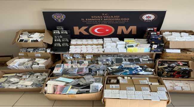 Sivas'ta gümrük kaçağı 8815 cep telefonu yedek parça ve aksesuarı ele geçirildi