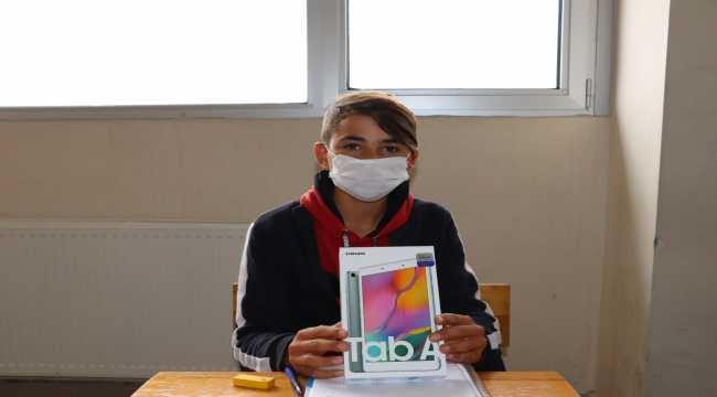 Suşehri'nde öğrencilere tablet dağıtıldı