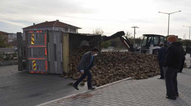 Yozgat'ta traktörle çarpışan pancar yüklü tır devrildi