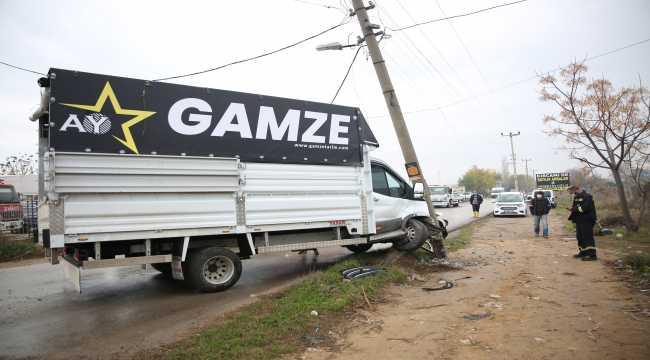 Antalya'da tarım işçilerini taşıyan kamyonet elektrik direğine çarptı: 9 yaralı