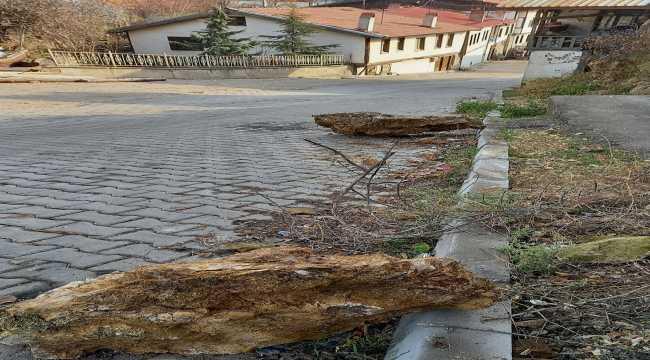 Beypazarı'nda kaya parçaları yola düştü