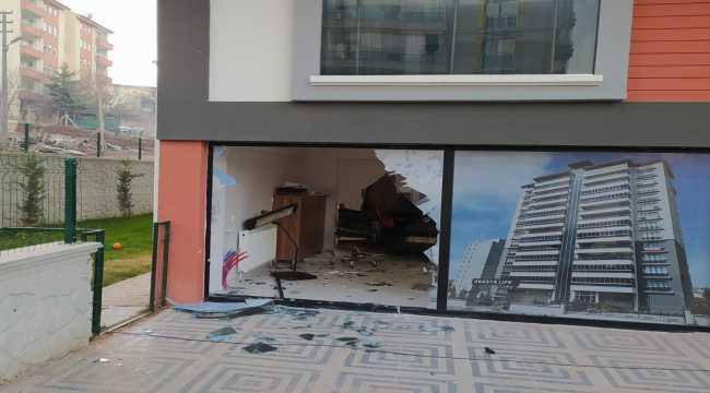 Kırıkkale'de iş yerine giren otomobilin sürücüsü yaralandı