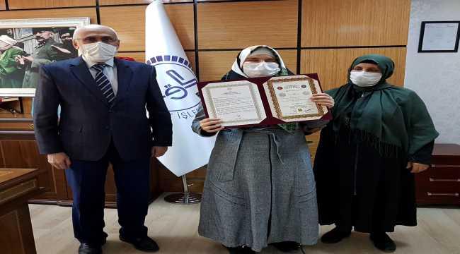 Kur'an aşkıyla takdir toplayan görme engelli Hamide Özbek hafızlık belgesini aldı