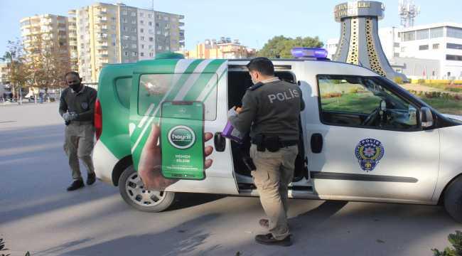 Osmaniye'de polisler sokak hayvanlarını besledi