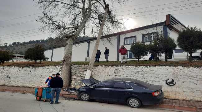 Adana'da aydınlatma direğine çarpan otomobildeki 2 kişi yaralandı
